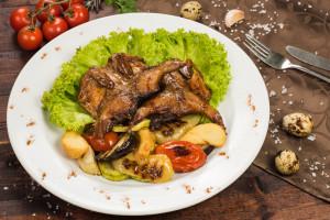 Перепелочки запеченная в медово-соевом маринаде с овощами гриль