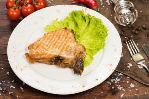 Пикантная корейка из свинины на косточке