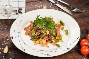 Салат из телячьей и свиной вырезки с куриным филе под соевым маринадом