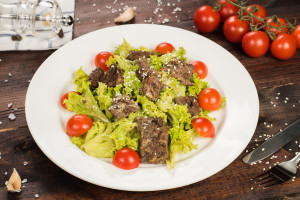 Салат из телячьей вырезки под горчично-медовым соусом