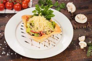 Салат из языка с жаренными грибами в слоеной корзиночке