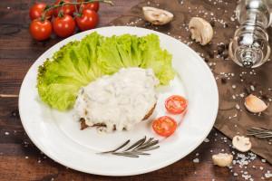 Стейк из говядины под сливочно-грибным соусом