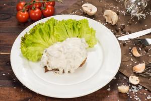 Стейк из свинины под сливочно-грибным соусом