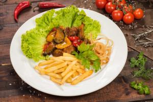 Свиная вырезка с овощами в кисло-кладком соусе с ратофелем-фри