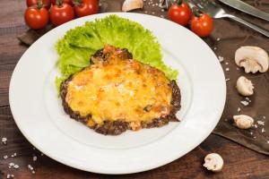 Телечья вырезка с томатоми под сыром